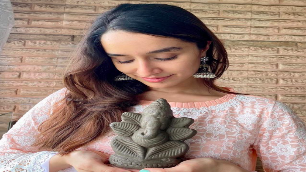 Shraddha Kapoor with her eco-friendly Ganesh idol.